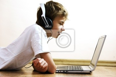 Chlapec trávit čas s notebookem a moderní technologie
