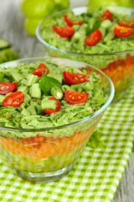 Obraz Chutný salát s čerstvou zeleninou na dřevěném stole
