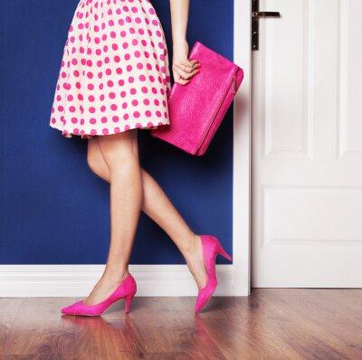 Obraz Chůze z konceptu, dívka oblečená v růžové