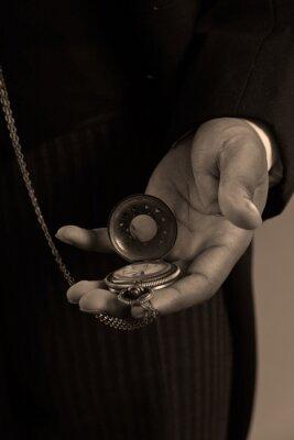 Obraz Close-up na ruce afro-americký muž, který držel vintage timepiec