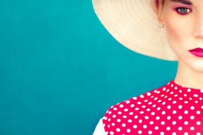 Obraz close-up portrét retro dívka na modrém pozadí