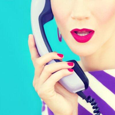Obraz close-up portrét retro dívka s telefonem