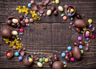 Obraz Čokoládová velikonoční vejce a sladkosti na dřevěném pozadí