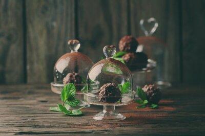 Obraz Čokoládové bonbóny s ořechy, mátou a kakaa na vinobraní stole