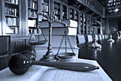 Obraz Dekorativní váhy spravedlnosti v knihovně