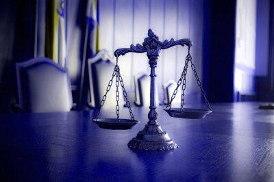 Obraz Dekorativní váhy spravedlnosti v soudní síni