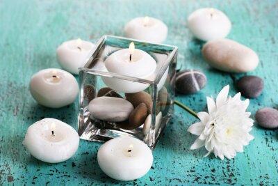 Obraz Dekorativní váza s svíčky, voda a kameny