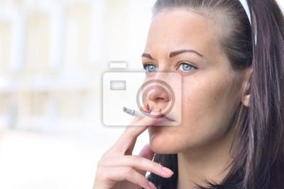 detailní záběr na hezká žena kouří na ulici