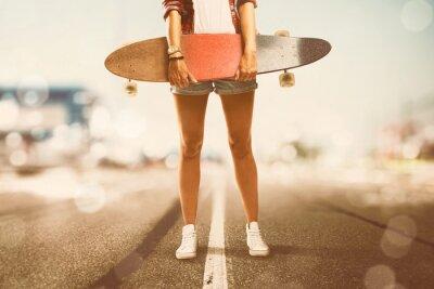 Obraz Dívka drží Longboard