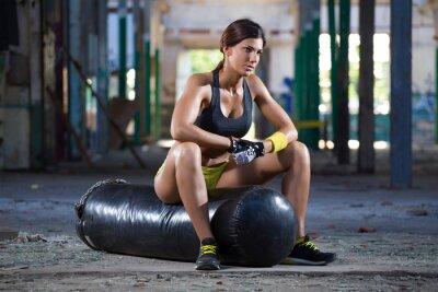 Obraz dívka posezení na boxovací pytel