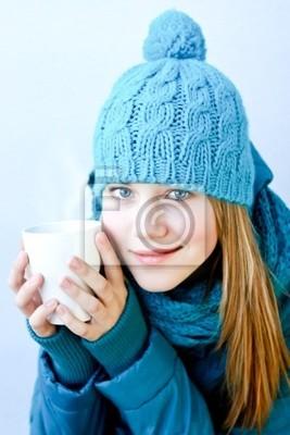 Dívka s šálkem horkého čaje