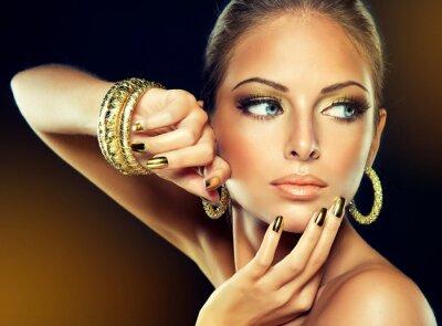 Obraz Dívka se zlatou make-up a kovových hřebů.