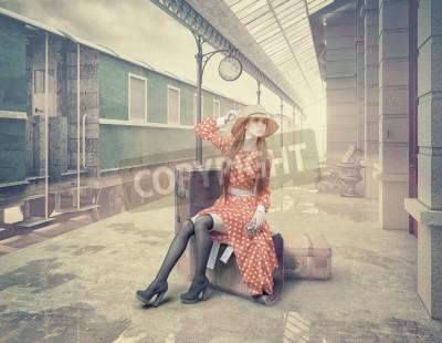 Obraz Dívka, sedící na kufru, čeká na retro železniční stanici. Klasický styl barevných karet