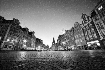 Dlážděným historické staré město v dešti v noci. Wroclaw, Polsko. Černý a bílý