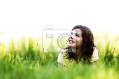 Docela usmívající se dívka relaxační venkovní