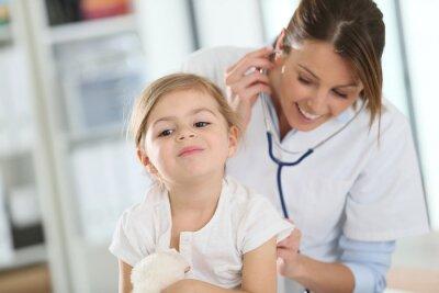 Obraz Doktor zkoumá holčička se stetoskopem