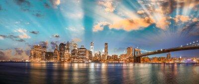 Obraz Dramatické nebe nad Brooklyn Bridge a Manhattan, panoramatický noc