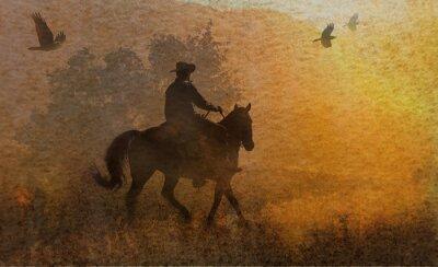Obraz Dramatický design kovboje a jeho jízda na koni na louce do západu slunce s vrány letí nad. Kombinovaná technika umělecké dílo na fotografii a akvarel.