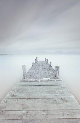 Obraz Dřevěné molo na jezeře v zatažené a mlhavé náladu.
