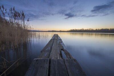 Obraz dřevěný most přes řeku v dopoledních hodinách