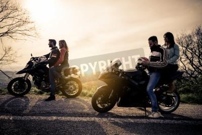 Obraz Dvě motorky jízdy v přírodě - Přátelé řidičské závodní motocykly se svými kamarádkami - skupina cyklistů zastavit na panoramatickém pohledu a podívat se na sugestivní západu slunce