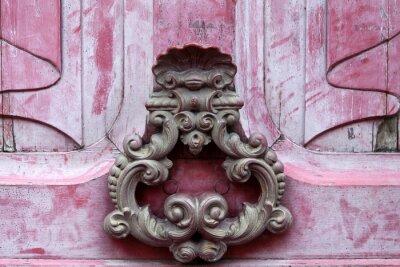 Obraz Dveřní knoker na staré růžové wodden dveře