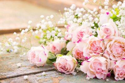 Obraz Ein herrlicher rosenstrauß auf rustikalem Holz