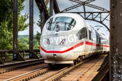 Obraz Elektrické InterCity Express ve Frankfurtu nad Mohanem v letní den