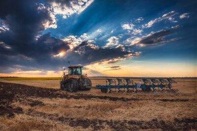 Obraz Farmář v traktoru přípravě zemi s kultivátor