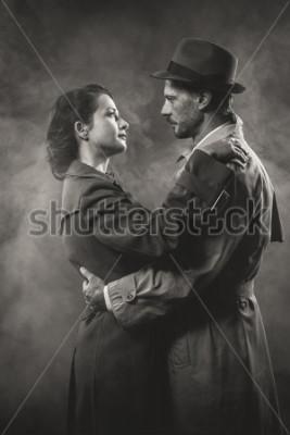 Obraz Film noir: romantický milující pár objímá ve tmě, styl padesátých let