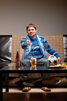 fotbalový fanoušek na pohovce