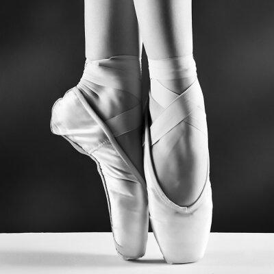 Obraz Fotografie pointes Baletka je na černém pozadí