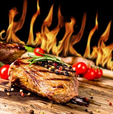 Obraz Grilované hovězí steaky s plameny na pozadí