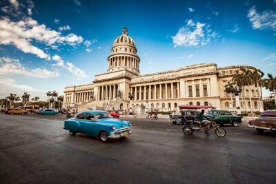 Obraz Havana, Kuba - 07.6.2011: Staré klasické americké auto jezdí v f