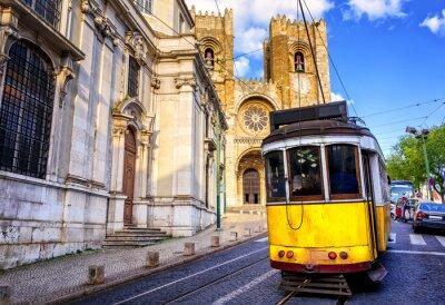 Obraz Historické žlutá tramvaj v přední části katedrály Lisabonu, Lisabon,