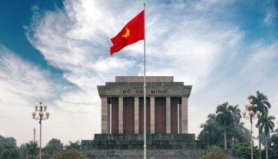 Obraz Ho Či Minovo mauzoleum v Hanoji s červenou vlajkou komunistické