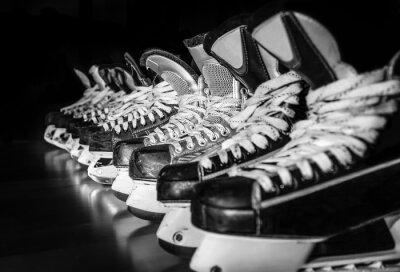 Obraz Hokejové brusle seřadili v šatně