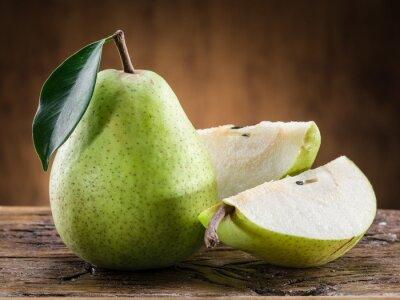 Obraz Hruška ovoce s listovým na dřevěném podkladu.