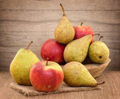 Obraz Hrušky a jablka na dřevěný stůl