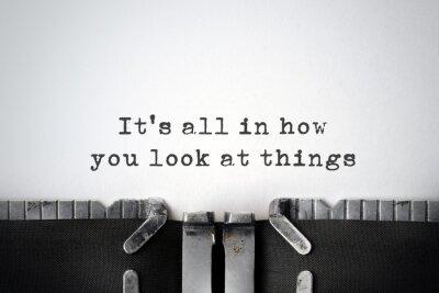 Obraz Inspirující citace zadané na starý psací stroj.