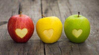 Obraz Jablka s rytými srdce