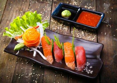 Obraz Japonský losos, tuňák sushi a omáčkou detailním
