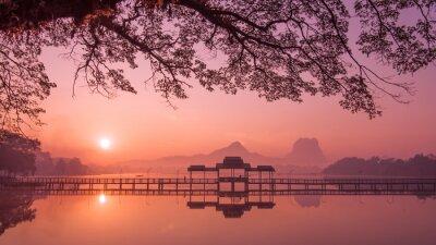 Obraz jezero Myanmar (Barma) Hpa An při východu slunce. Asian mezník a cílem cesty