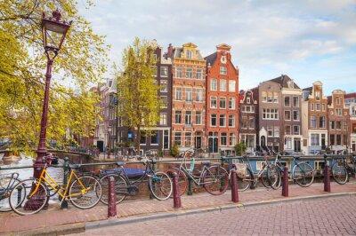 Obraz Jízdní kola zaparkoval na mostě v Amsterdamu