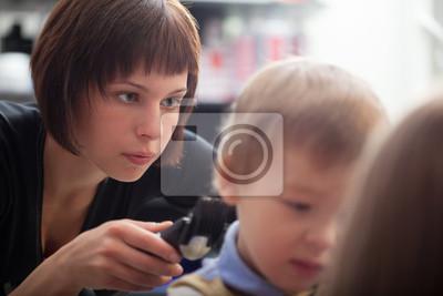 Kadeřník řezání mladých chlapců vlasy