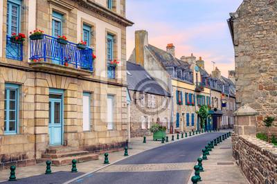 Kamenné domy na ulici v Roscoff, Bretaň, Francie