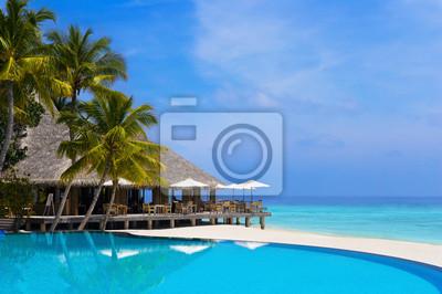 Kavárna a bazén na tropické pláži