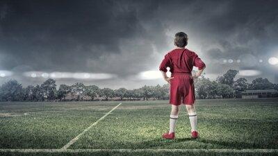 Obraz kid chlapec na fotbalovém hřišti
