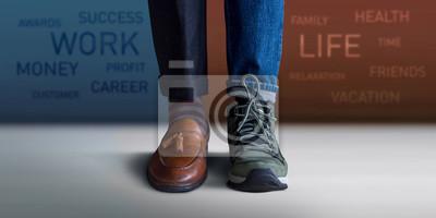 Obraz Koncept rovnováhy pracovního života. Nízké sekce muže stojící s polovinou pracovní boty a příležitostné cestování boty, rozmazaný text na zdi jako pozadí