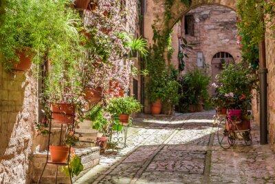 Kouzelný zdobené veranda v malém městečku v Itálii v létě, Umbria